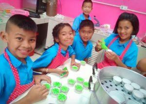ประชาสัมพันธ์ โรงเรียนบ้านหนองโกได้รับทำขนมปุยผ้ายเพื่อส่งเสริมอาชีพ